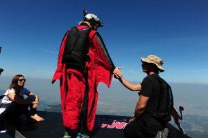 Otro riesgo es que la mayoría de los lugares donde se puede hacer salto B.A.S.E. tienen áreas muy pequeñas en las cuales aterrizar Foto:Getty Images. Imagen Por:
