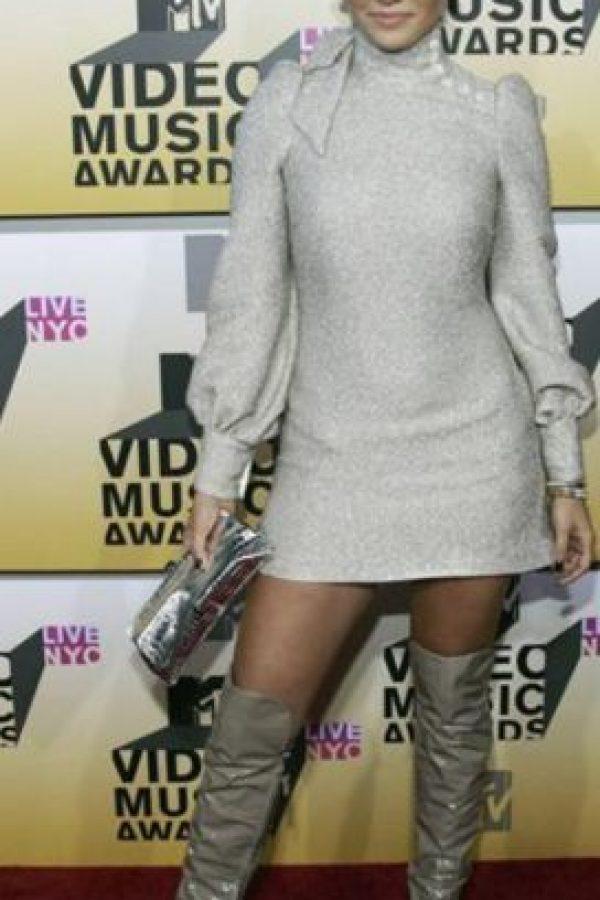 Jennifer López con un infructuoso look de finales de los 60 en 2006. El vestido minimalista se ve arruinado por la típica carterita usada en la década y las botas. Foto:Getty Images. Imagen Por: