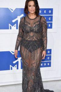 Ashley Graham usa transparencias para la forma de su cuerpo y no le sale bien. Es por el diseño de las mismas. Por cómo contrastan con su fondo. Foto:Getty Images. Imagen Por:
