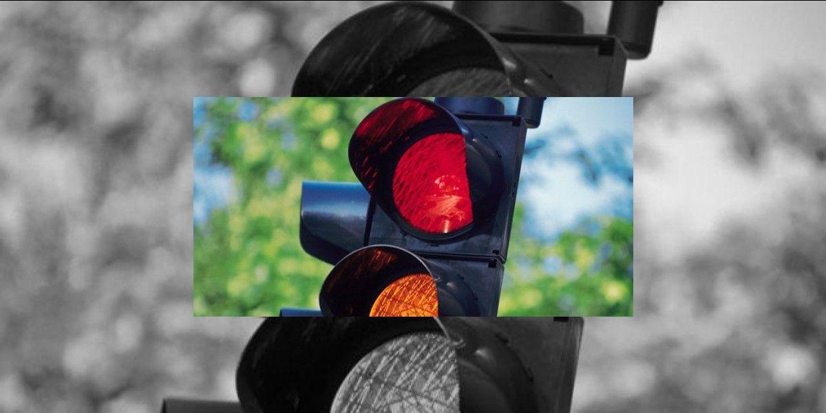 Grave joven por conductor que se comió una luz en Isabela