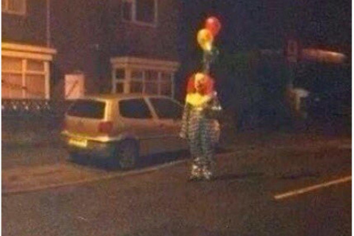 """Escuelas prohiben disfraces de Halloween por culpa de """"payasos asesinos"""". Imagen Por: Twitter.com/ClownSighting"""