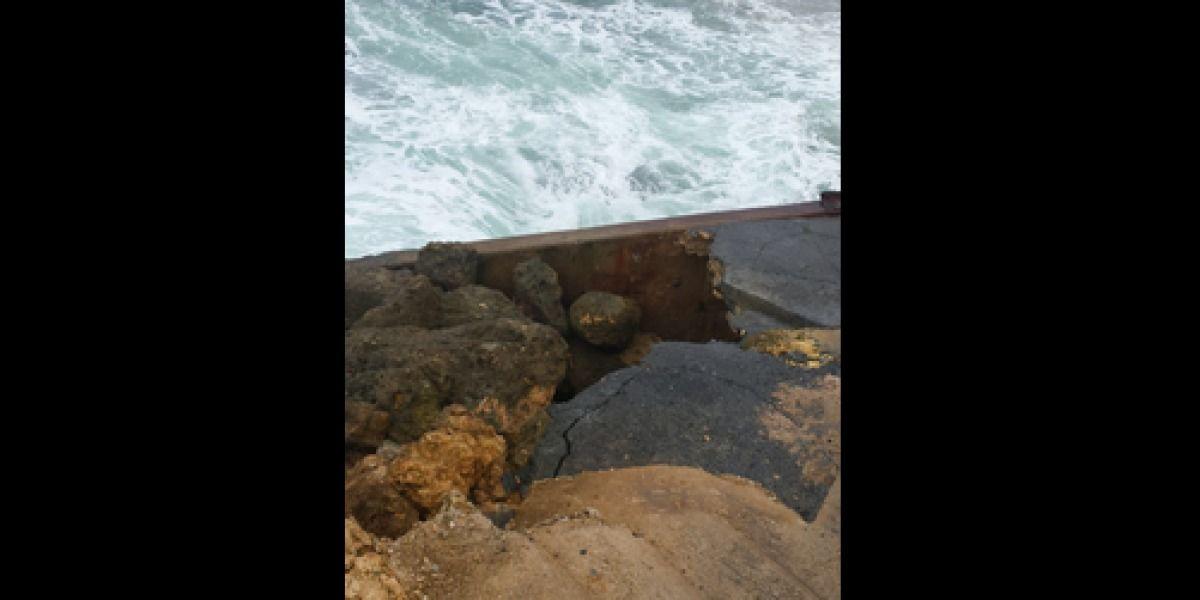 Cierran por fuerte oleaje puente en Arecibo