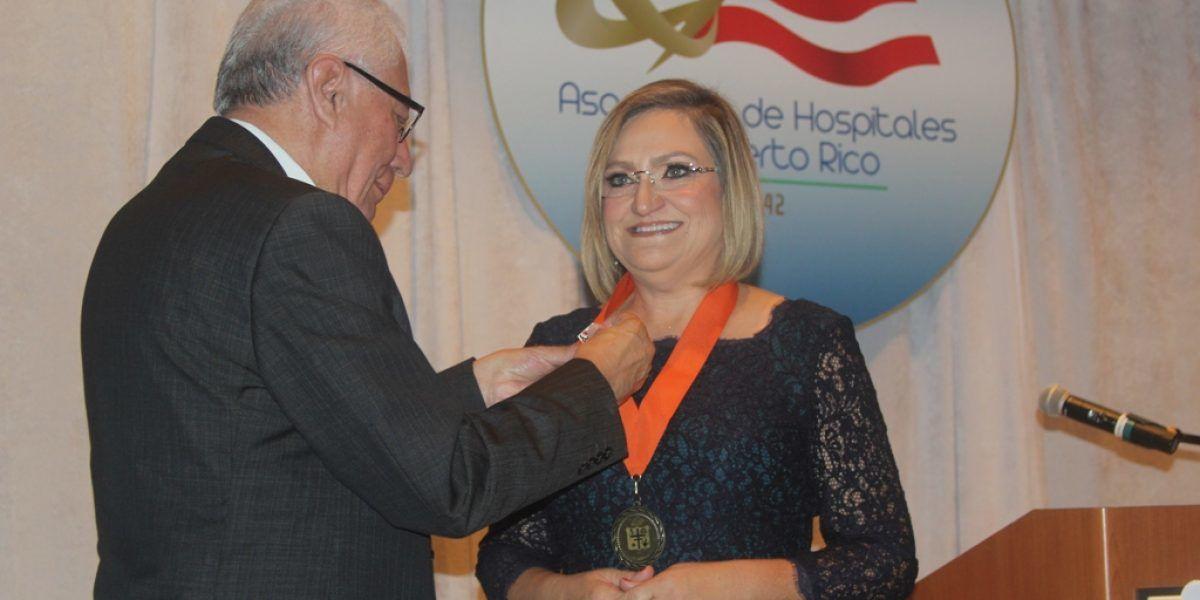 Juramenta primera mujer presidenta de Asociación de Hospitales