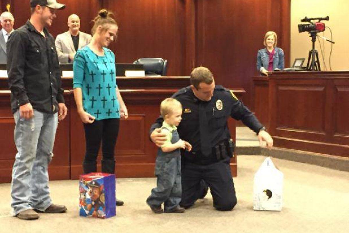 Dramático momento en que policía salva a niño de morir se vuelve viral. Imagen Por: City of Granbury City Hall