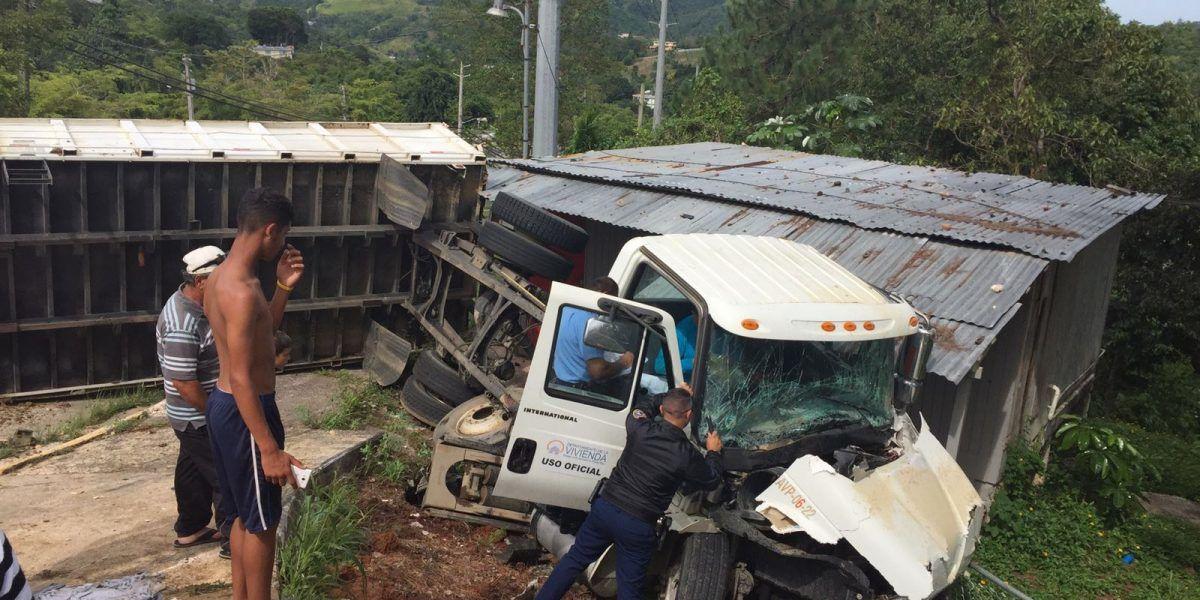 Dos camiones de Vivienda impactan una casa y un negocio en accidente