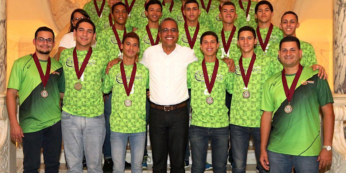 Honran a equipo de voleibol campeón de AAU