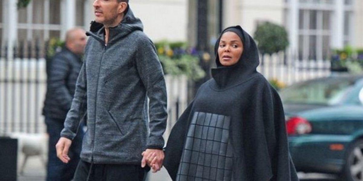 Sorprende Janet Jackson al usar enorme outfit islámico