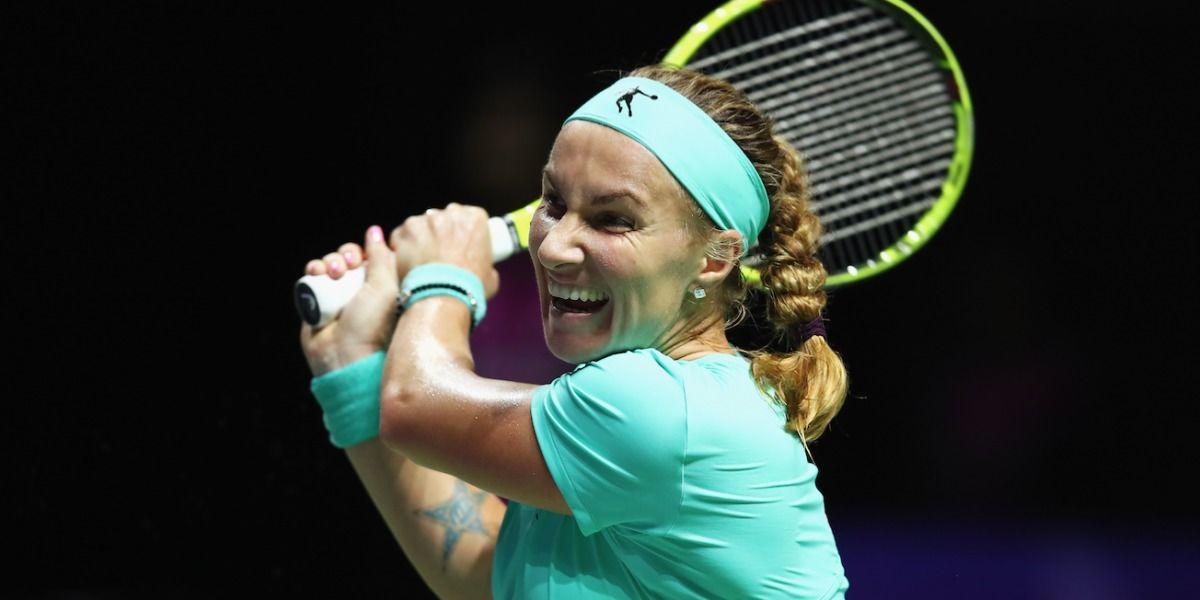 Video: Kuznetsova se corta una trenza y vence a Radwanska en Copa WTA
