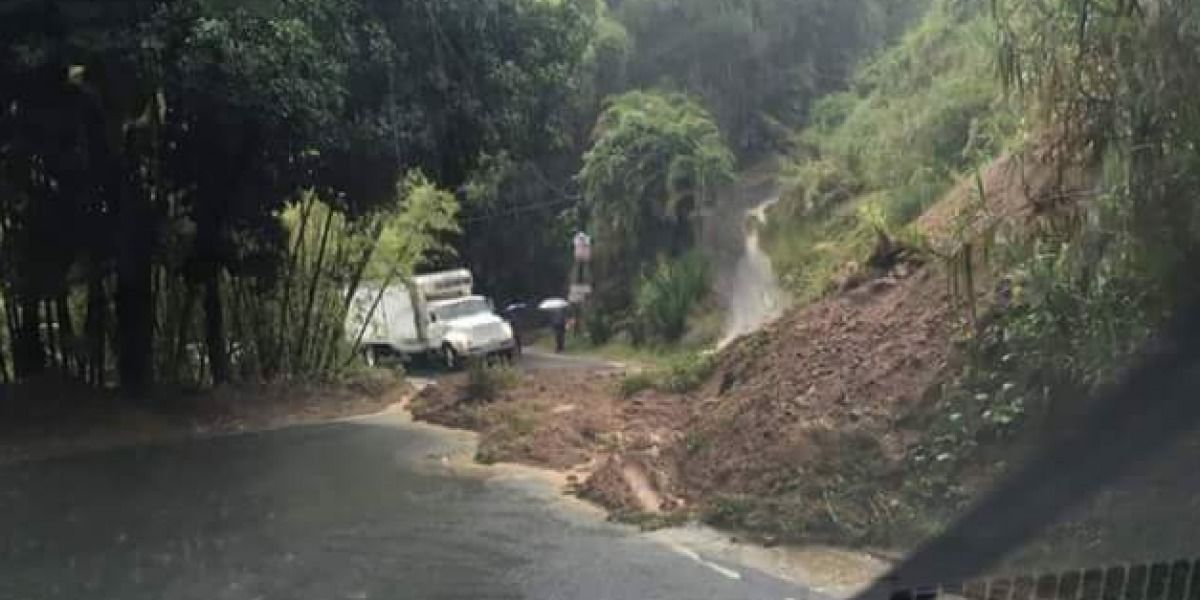 Reportan deslizamientos de terreno y carreteras obstruidas en Utuado