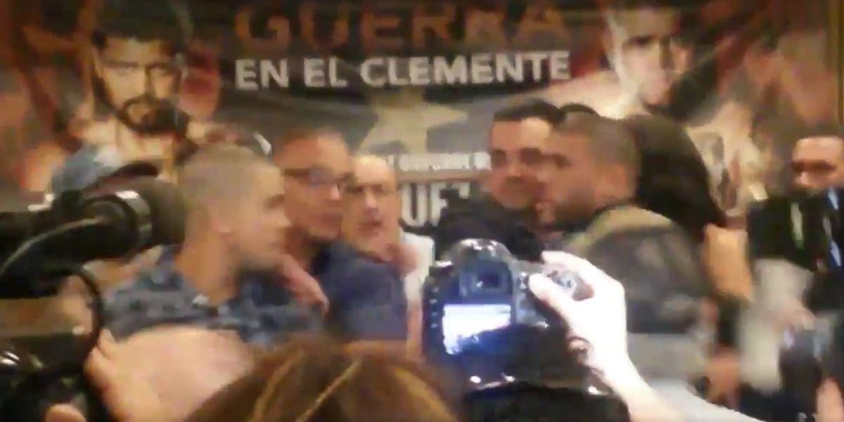 Papito y Juanma se meten las manos en conferencia de prensa