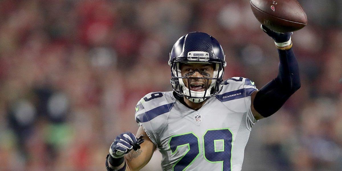 Jugador de NFL penalizado por abrazar árbitro