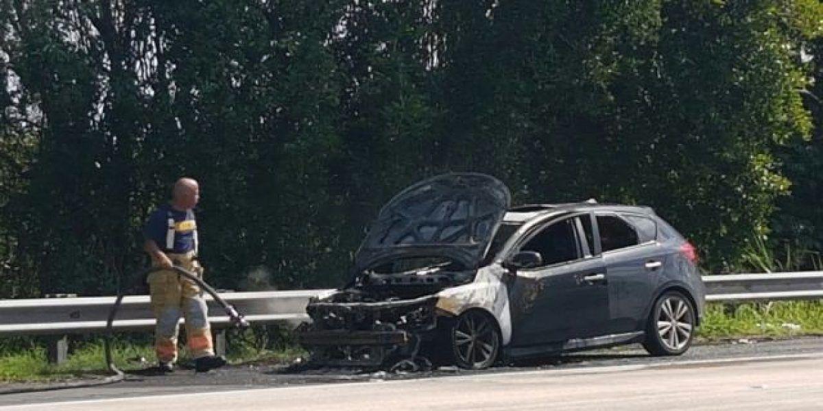Extinguen auto incendiado en expreso PR-22