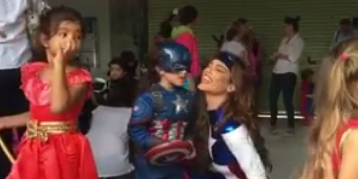 Hijo de Zuleyka Rivera se abochorna que le de besos en público