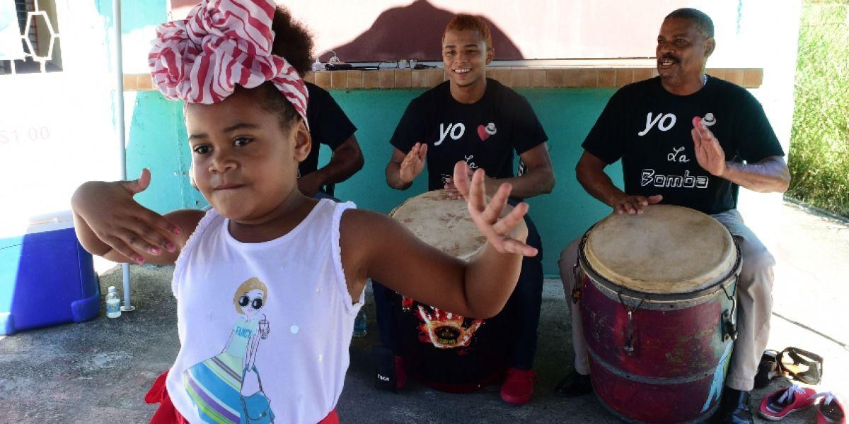 Aprenden a bailar la bomba de Loíza
