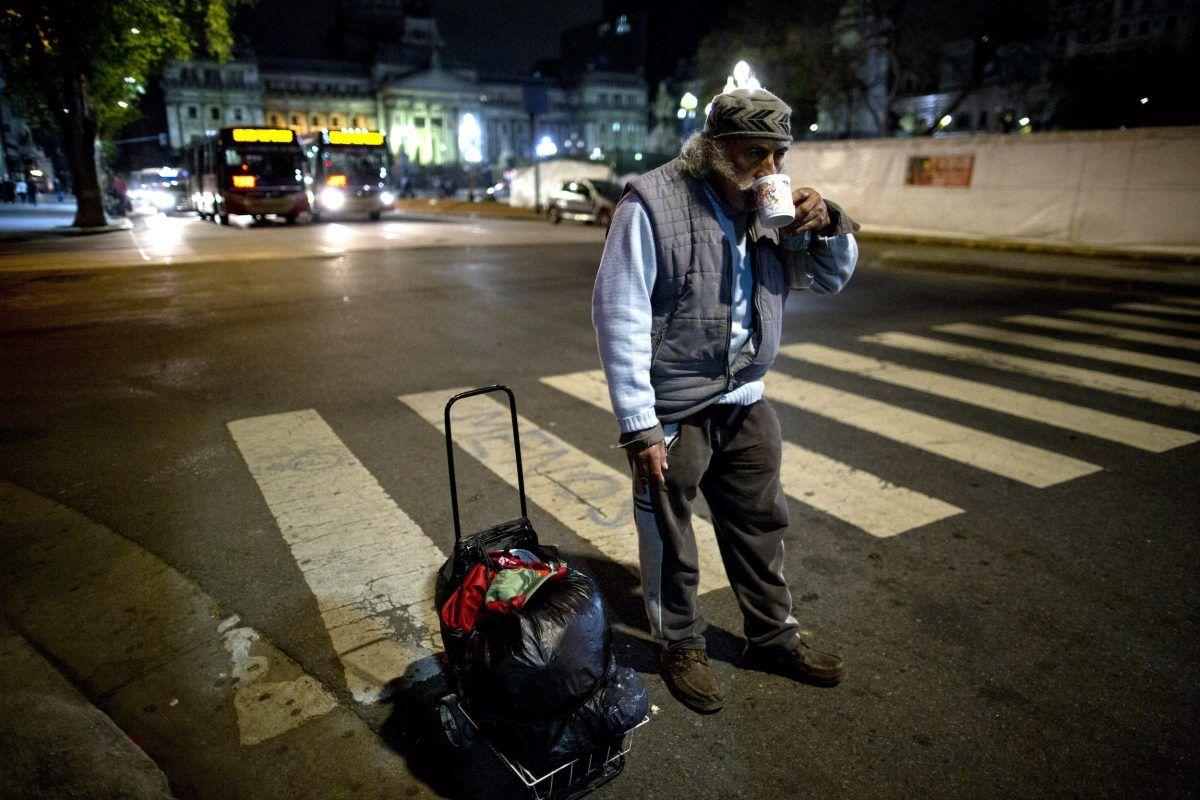 Un hombre sin hogar bebe té que le dio un voluntario de un comedor popular. / AP. Imagen Por: