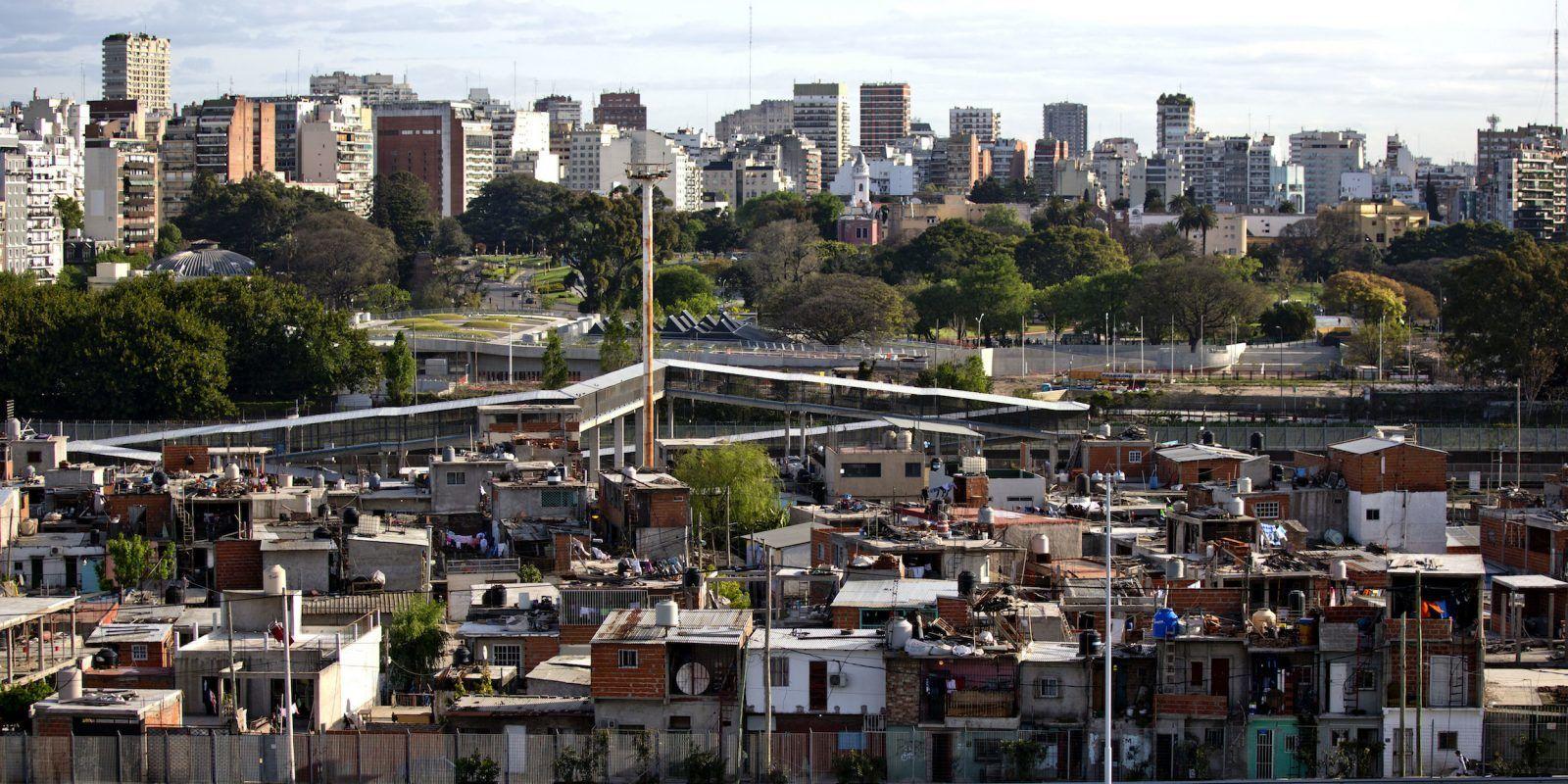 La barriada de Villa 31, con el centro de la ciudad al fondo, en Buenos Aires, Argentina. / AP. Imagen Por: La barriada de Villa 31, con el centro de la ciudad al fondo, en Buenos Aires, Argentina. / AP