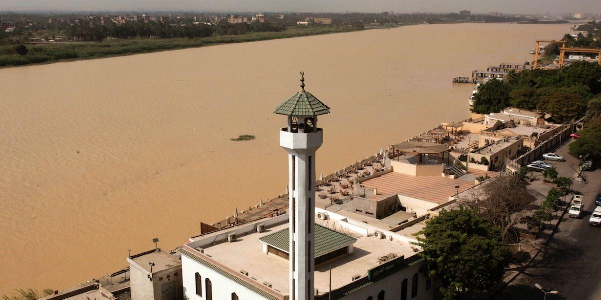 Río Nilo se vuelve marrón turbio