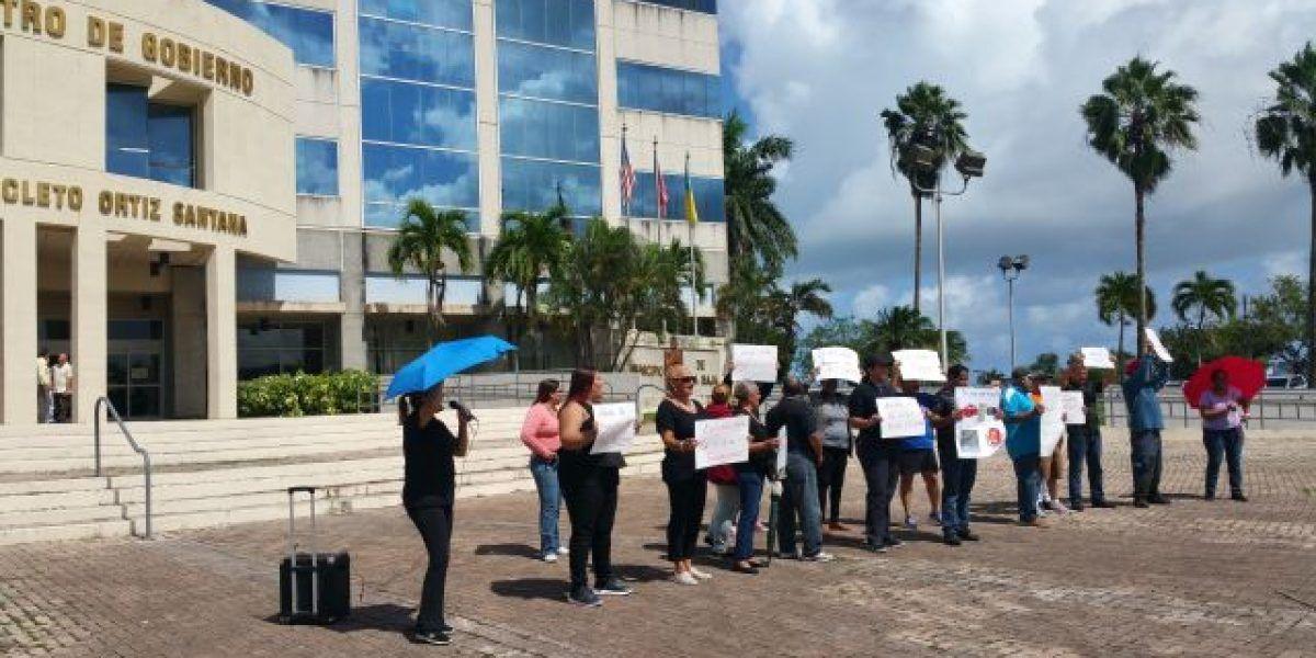 Empleados municipales de Toa Baja realizan manifestación por su quincena