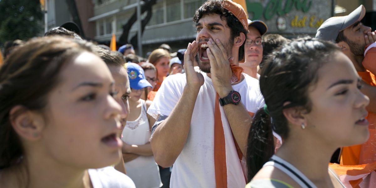Universitarios exigen a Maduro respetar la Constitución
