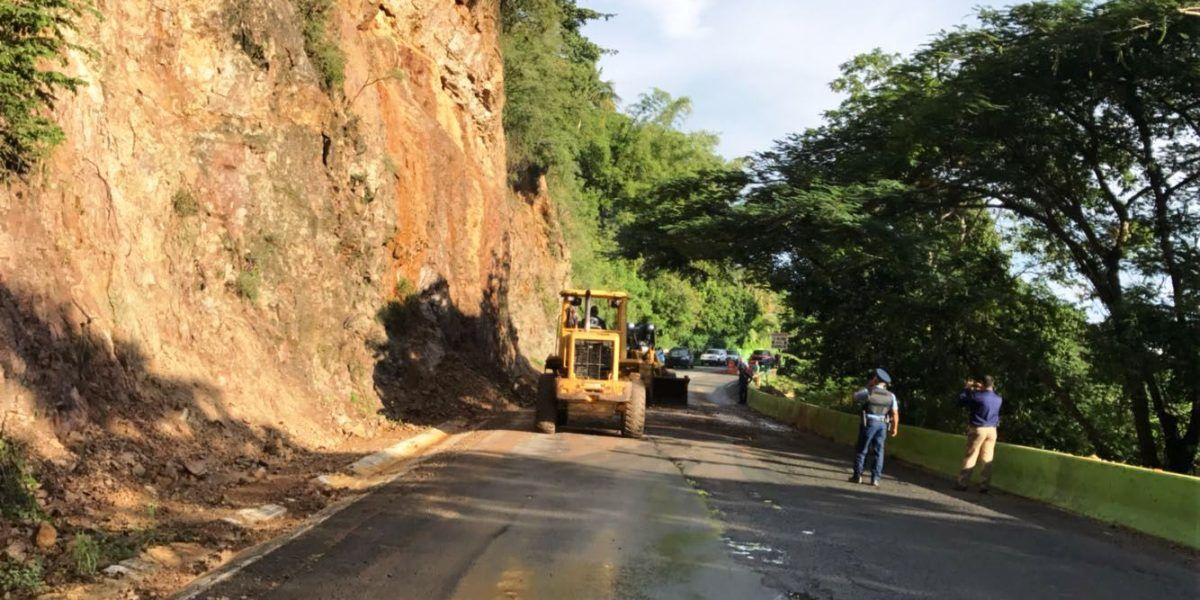 Abren carriles en Naranjito tras deslizamiento de terreno