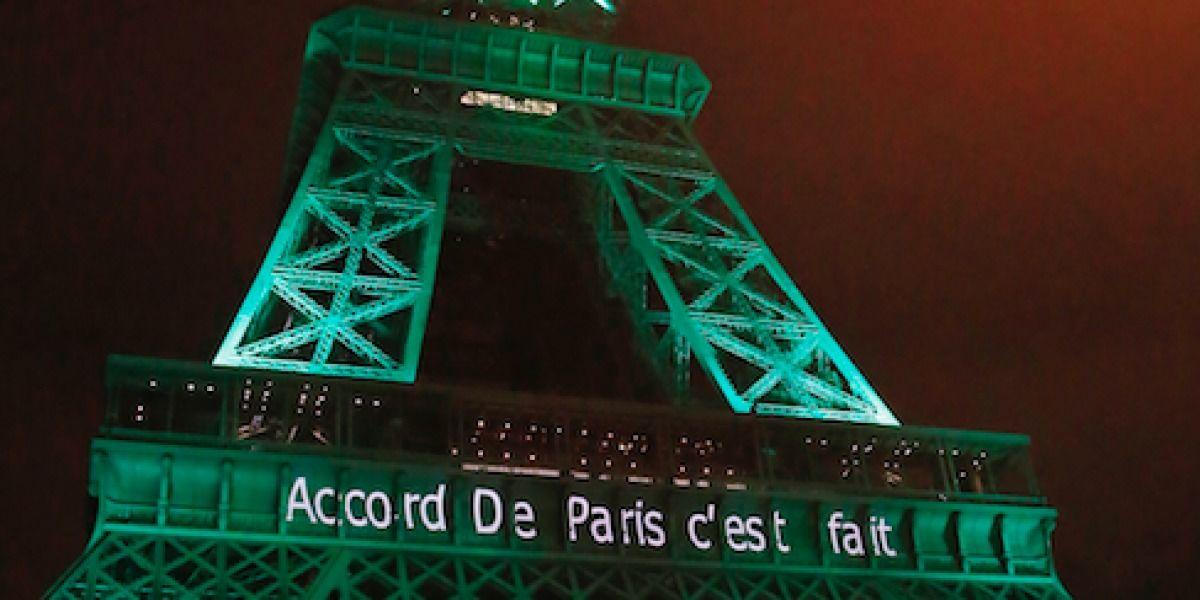 De verde la Torre Eiffel en honor de Acuerdo de París