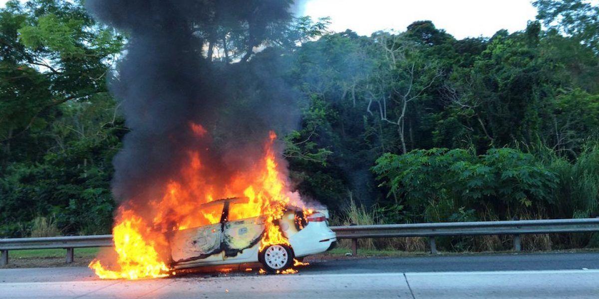 Carro en llamas en carretera de San Juan a Caguas provoca enorme tapón