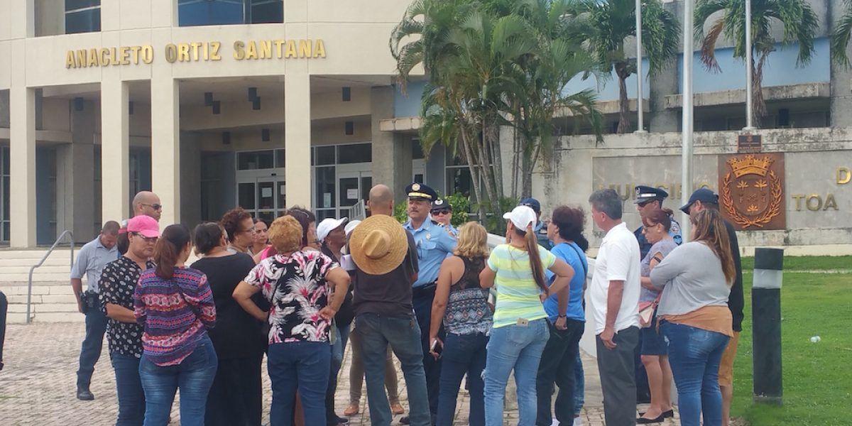 Empleados del municipio de Toa Baja protestan por falta de pago