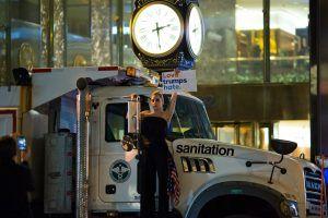 Lady Gaga protestó frente a Trump Tower tras resultados de las elecciones. Imagen Por: AFP