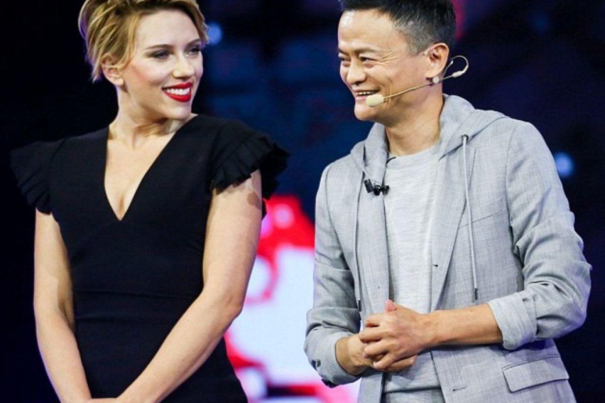 Scarlett Johansson presume sus torneadas piernas. Imagen Por: Getty Images