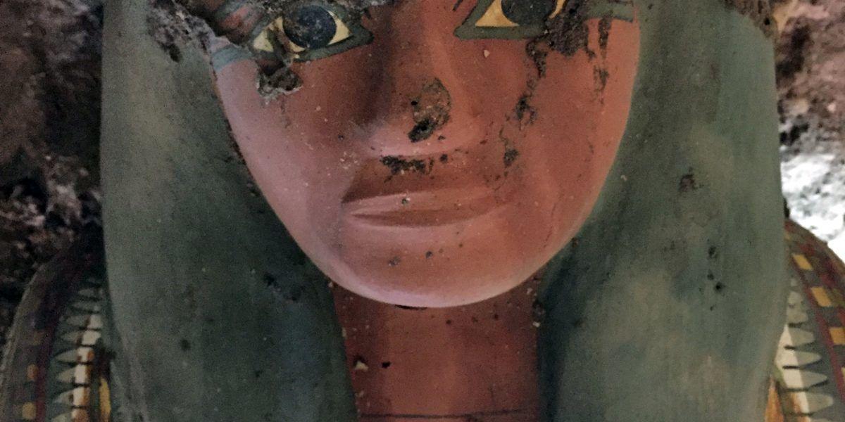 Hallan momia intacta de más de 3 mil años de antigüedad