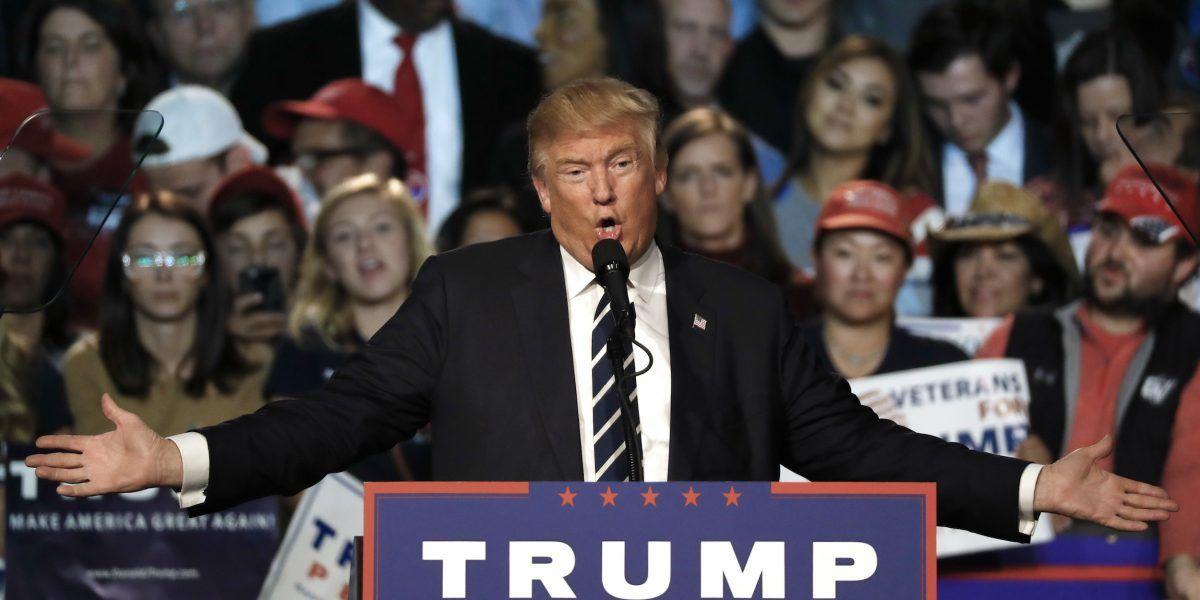 Se contradice Donald Trump entre palabras y acciones