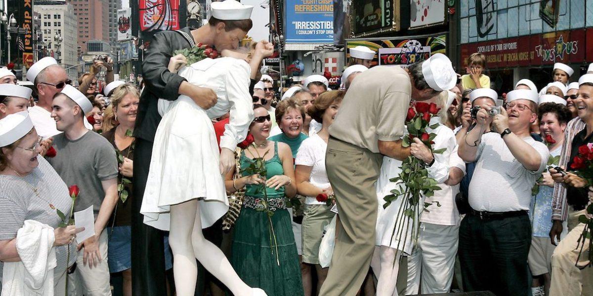 Habla famoso marinero que besó a enfermera por fin de la guerra
