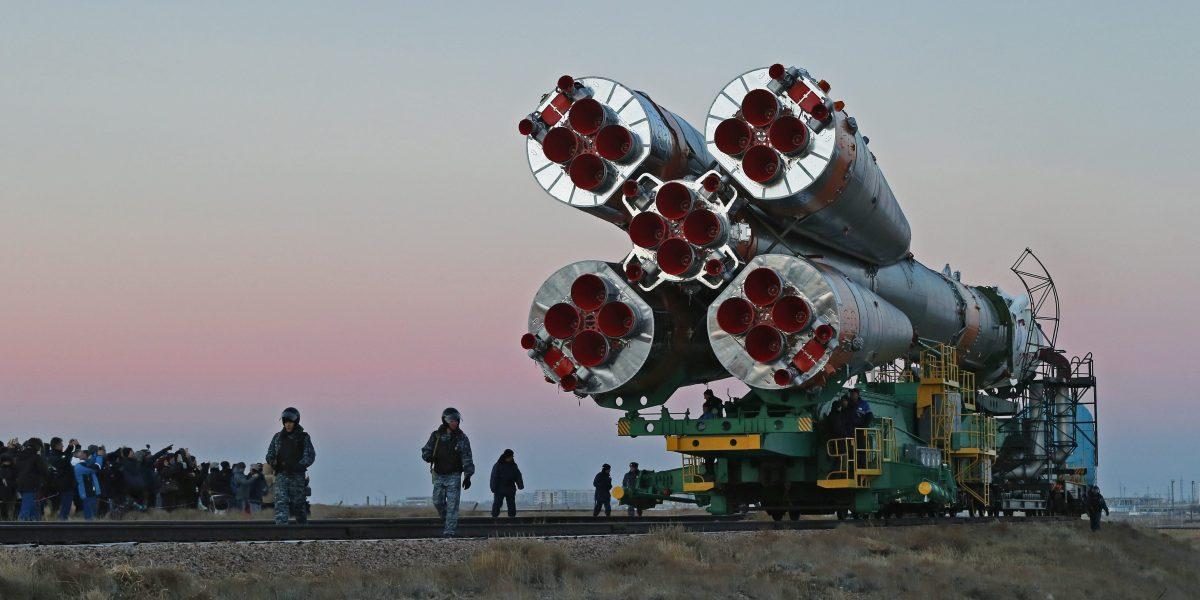 Nave rusa llega a la Estación Espacial Internacional con tres astronautas