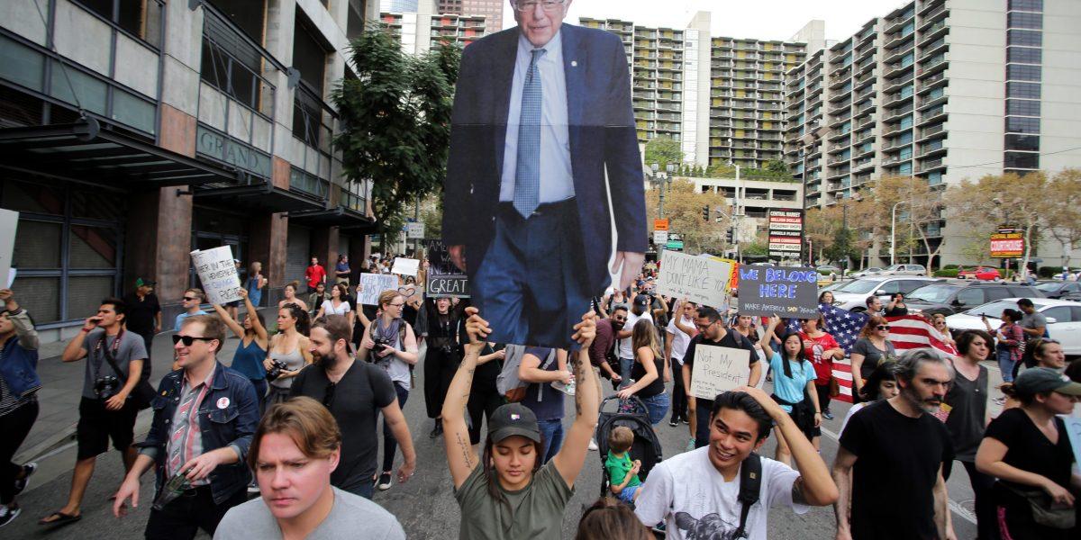 Para los jóvenes, Sanders sigue siendo la