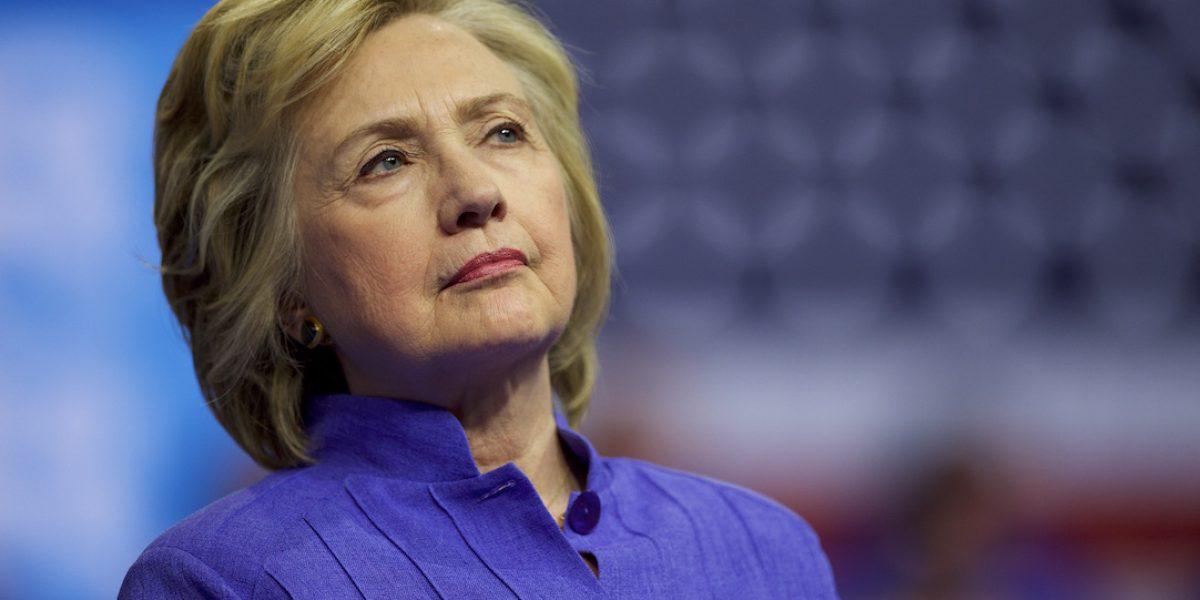 Clinton insta a sus seguidores a seguir