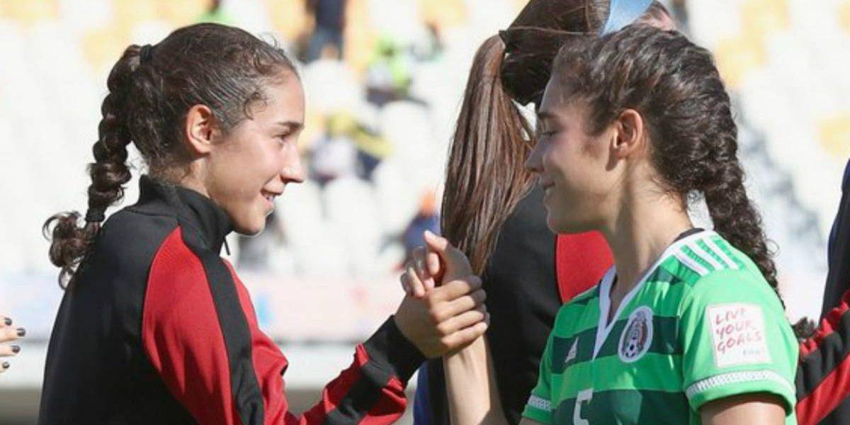 Video: Futbolista consuela a su hermana al vencerla
