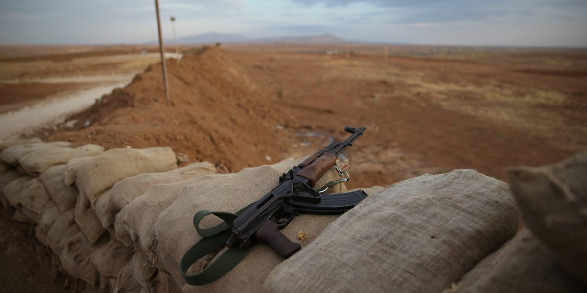 Arrestan a hombre que intentaba unirse a EI en Siria