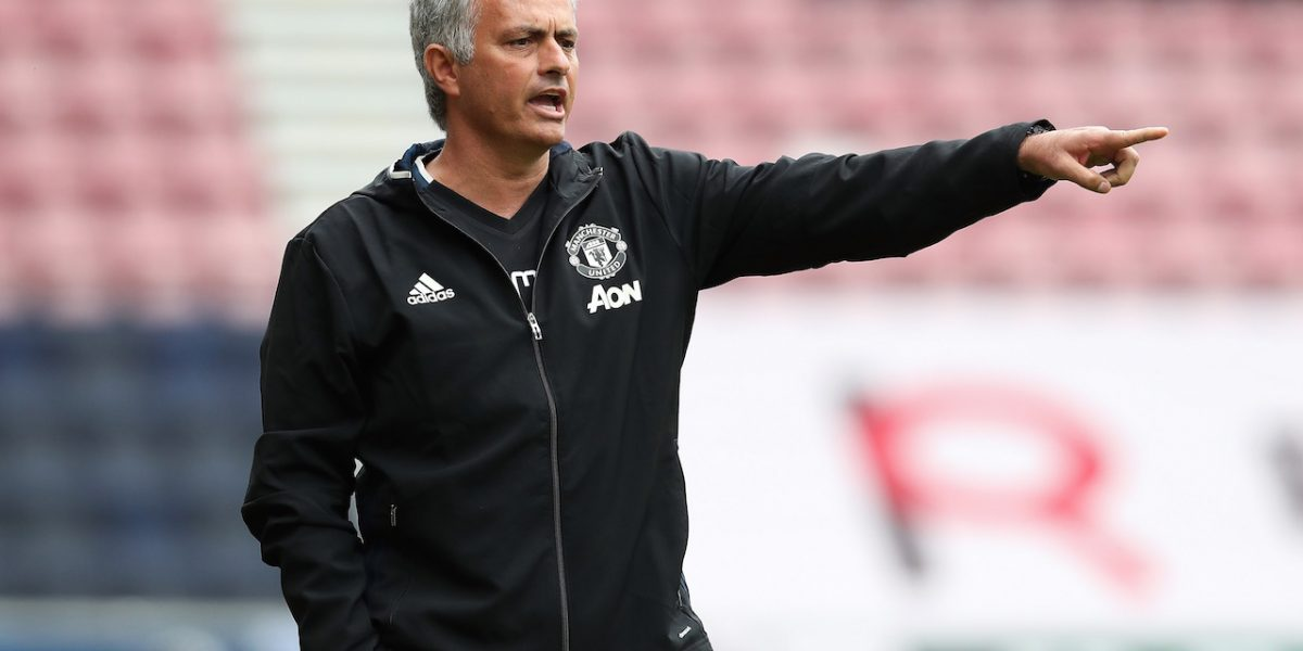 Expulsan a Mourinho por patear botella