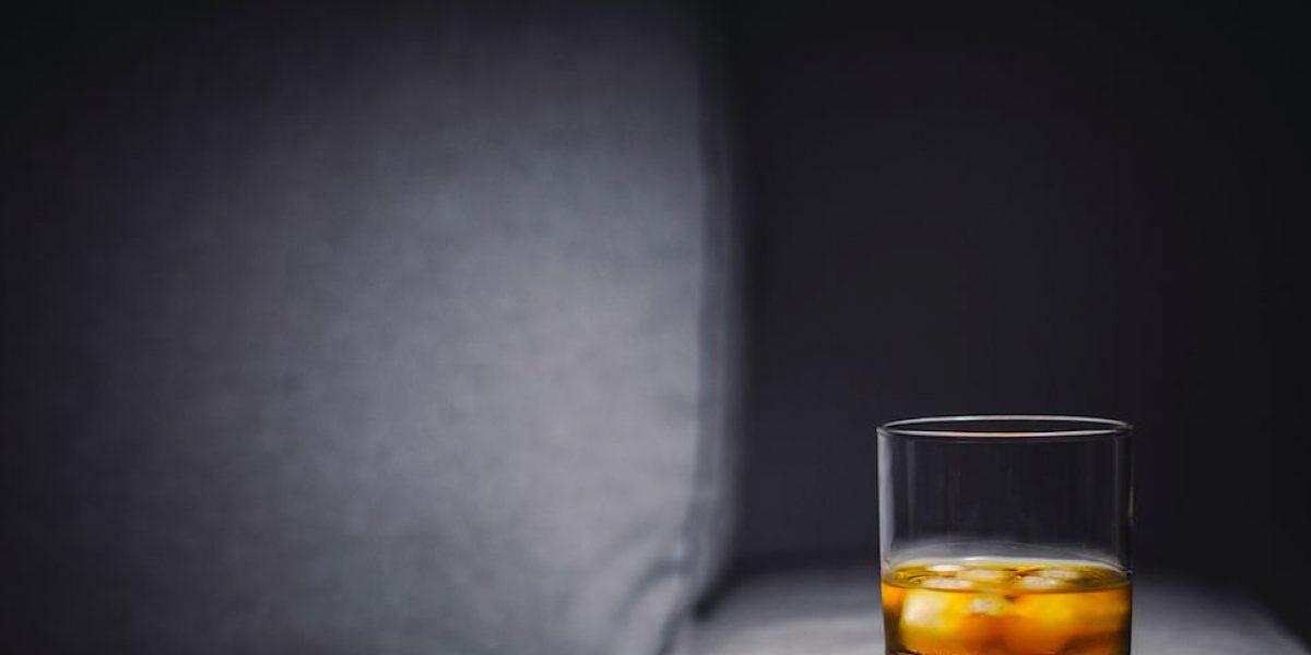 Un recorte, una conversación y un buen whiskey