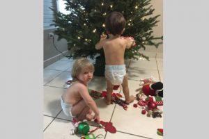 Gemelos de reportera Aixa Vázquez decoran su árbol de Navidad