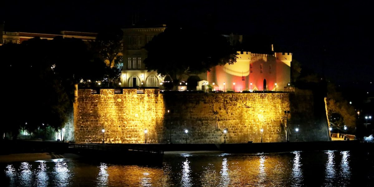 La Fortaleza se ilumina de rojo en apoyo a la lucha contra el SIDA