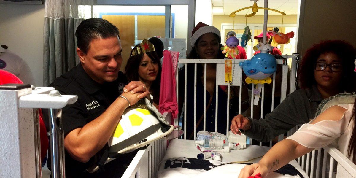 Cuerpo de Bomberos y la Aemead llevan alegría de la Navidad a pacientes del Hospital Pediátrico