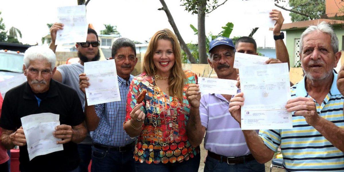 Lornna Soto entrega bono de Navidad a son de plena