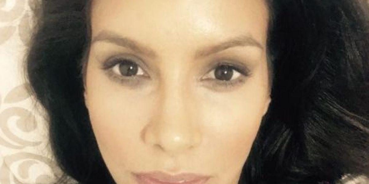 Alba Reyes muestra foto de presunto autor del asesinato de su madre