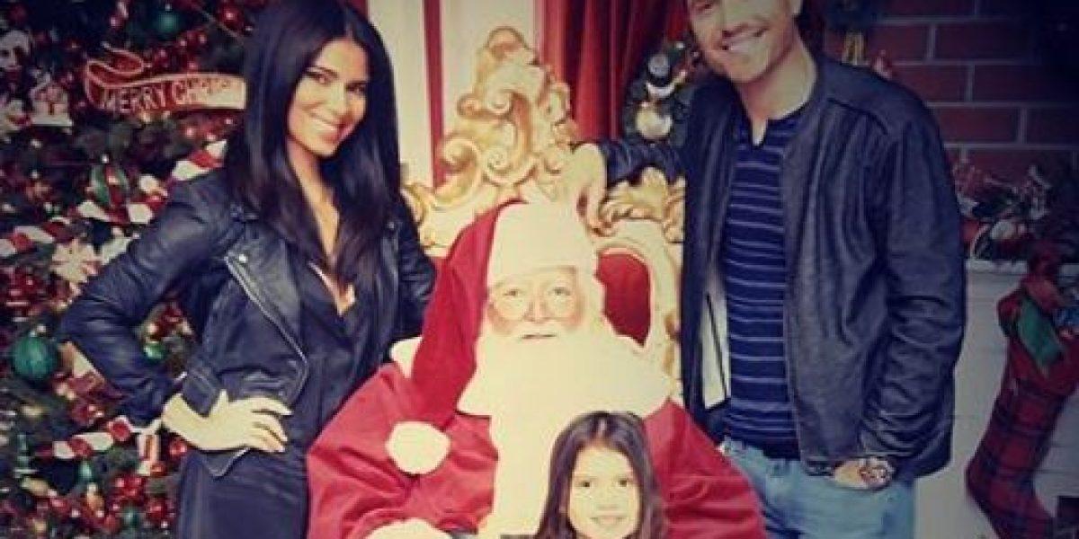 Roselyn Sánchez posa con su familia junto a Santa Claus