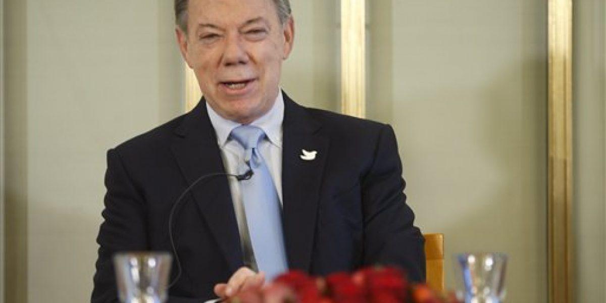 Presidente colombiano llega a Oslo a buscar su Nobel sin los rebeldes