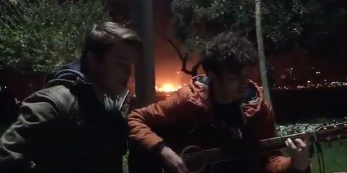 Unos jóvenes tocaban su guitarra, cuando una bomba en Estambul los sorprendió