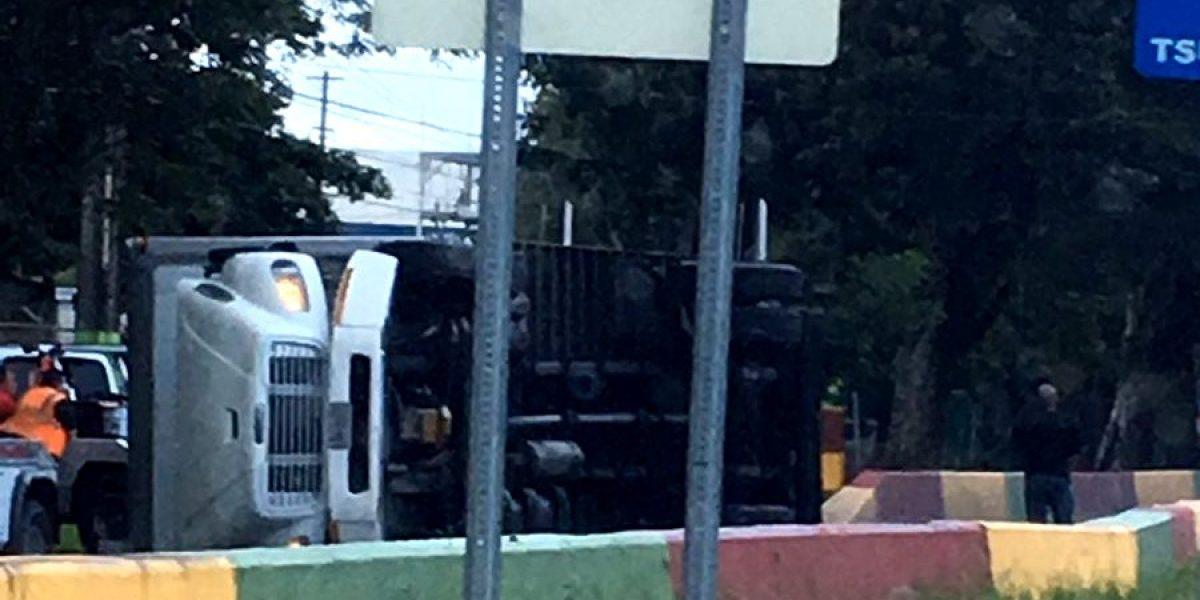 Camión volcado en carretera de Bayamón a Cataño