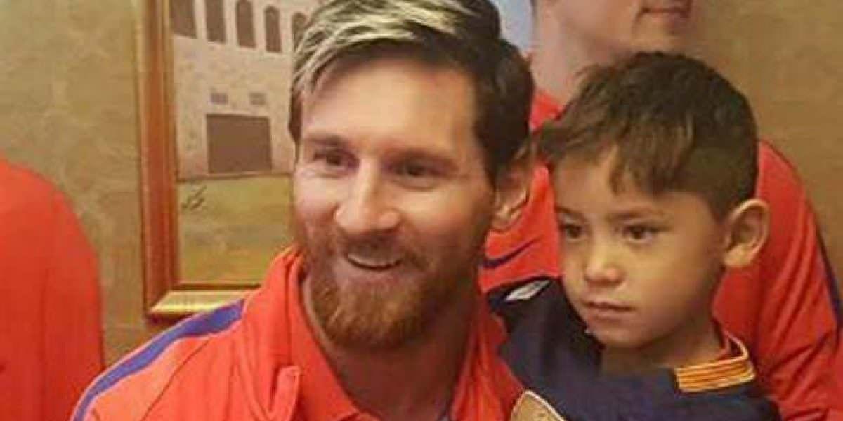 Messi conoce al niño que hizo su camiseta con una bolsa plástica