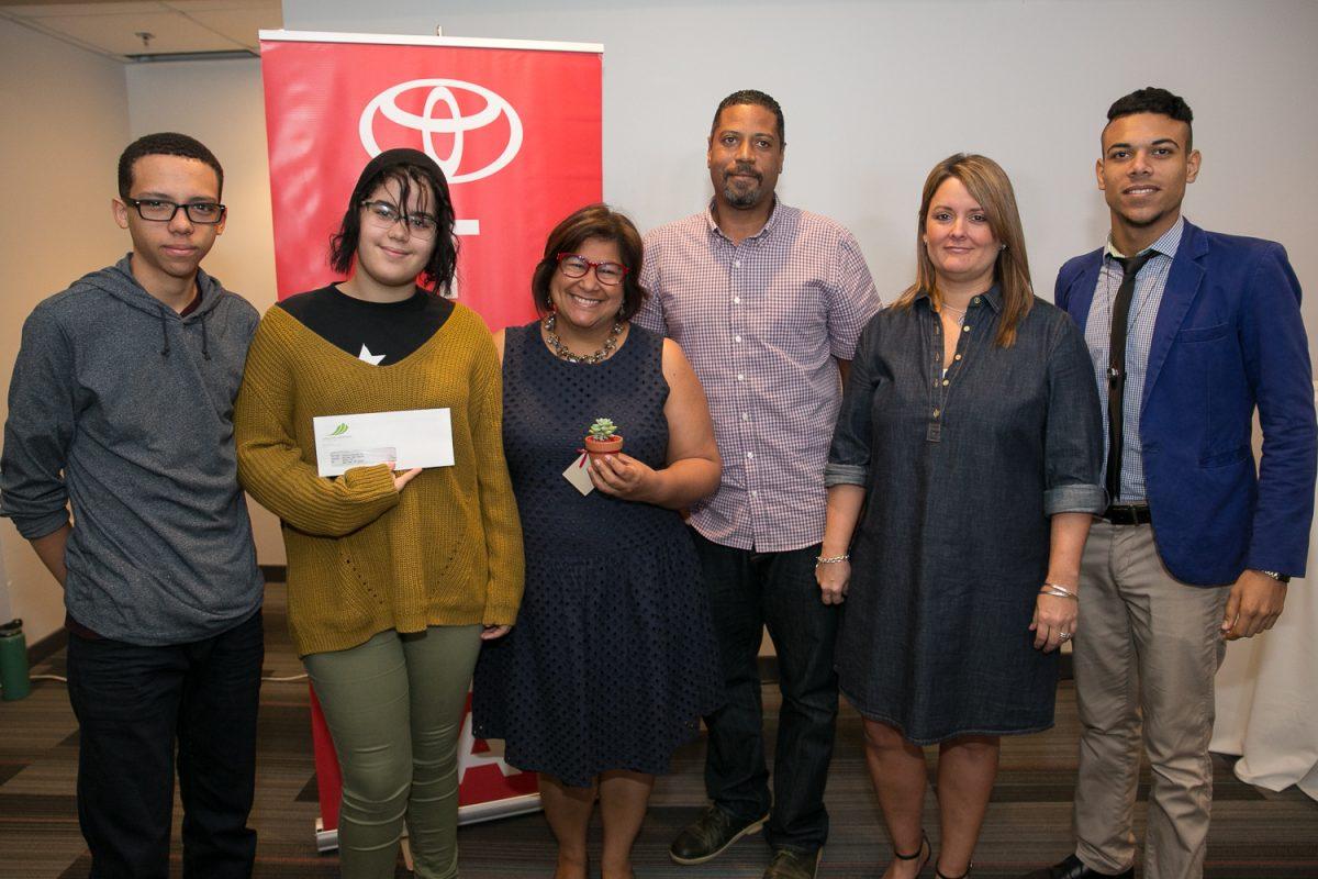 Ana Guzmán Torres (tercera de izquierda a derecha) y el profesor McGregor, de Nuestra Escuela, Inc.; Maribel Bengoa, gerente de mercadeo, Toyota de Puerto Rico, junto a estudiantes del proyecto.. Imagen Por: